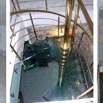 Italienische Design-Treppe | Edelstahl beschichtet nach Kundenwunsch | Glasstufen: 30mm Verbundsicherheitsglas
