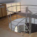 Design-Spindeltreppe, Edelstahl mit Holzstufen, LED-Beleuchtung im Handlauf